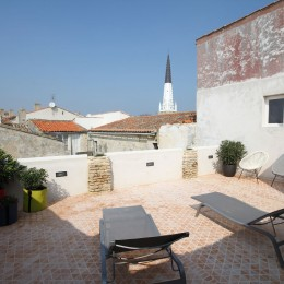 Terrasse avec vue sur le clocher d'Ars