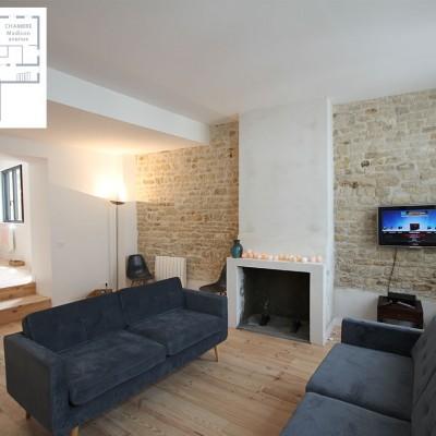 Salon avec cheminée, écran plat